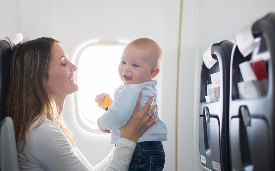 Viajar com bebê no avião: regras, direitos e dicas